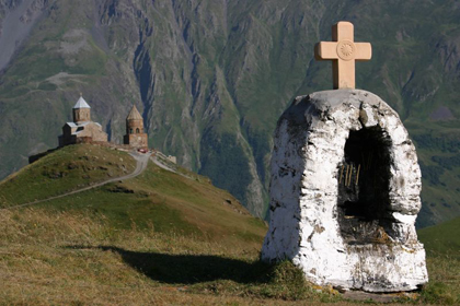 Gergeti Trinity Church, Kazbegi (shift and shadow). Nicolai_Bangsgaard/Wikimedia Commons