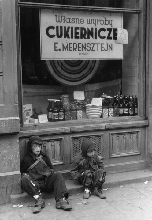 Children in front of a Jewish bakery on Nowolipki Street, May 1941, photographed by Ludwig Knobloch. German Federal Archives/Wikimedia Commons